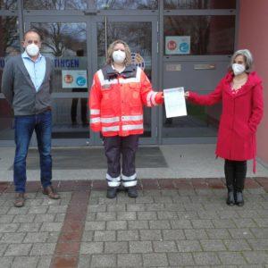 Die Elternbeiratsvorsitzende Martina Stuhler (rechts) übergibt zusammen mit Rektor Peter Reithmeir eine Spende von 300 Euro an Sonja Stegmiller vom Bayerischen Roten Kreuz in Meitingen. Bild: Andreas Tepper